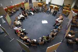 Konferenzabschluss im Plenum_Moderation und Referent Hans-Peter Wellke_Veranstalter_Power Mentoring